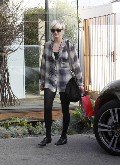 Ashlee Simpson Visits Wella Hair Salon in Los Angeles (Photos)