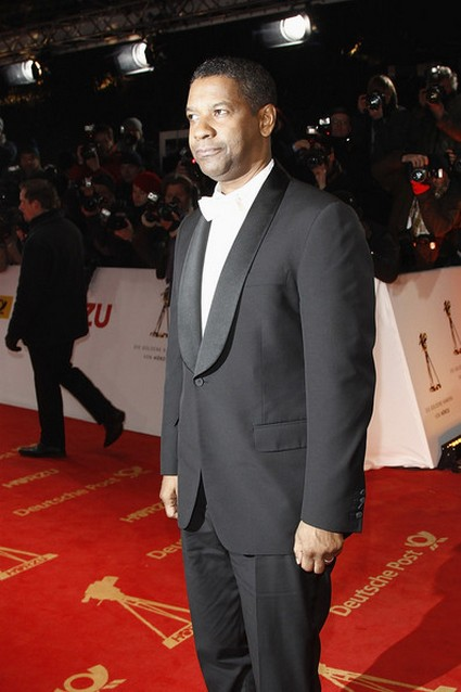 Denzel Washington With 2 Guns?