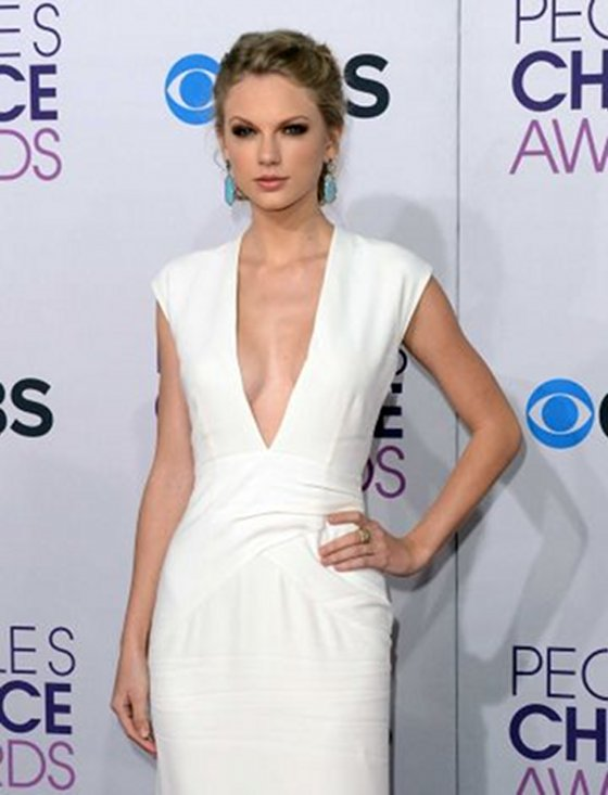 Taylor Swift Sad In Sexy Dress At People's Choice Awards