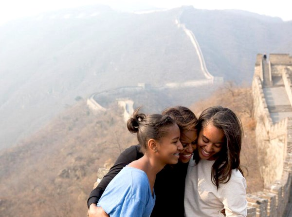 Michelle-Obama-Daughters-Great-wall-of-china-twitter