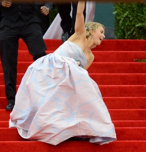 Hayden Panettiere Falls At Met Gala (Photo)
